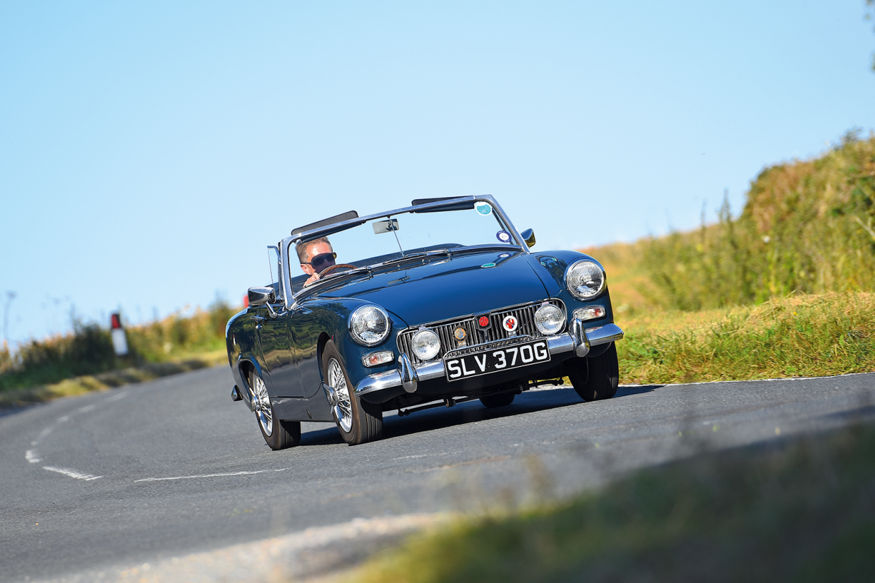 Classic & Sports Car – Baby classic sports cars do battle: Honda S800 Sport vs Fiat 850 Sport Spider vs MG Midget